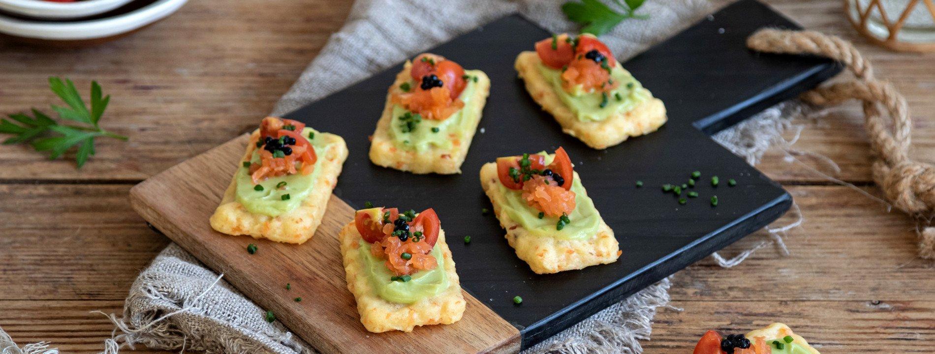 Tostinhas de Puré de Batata com Salmão e Abacate