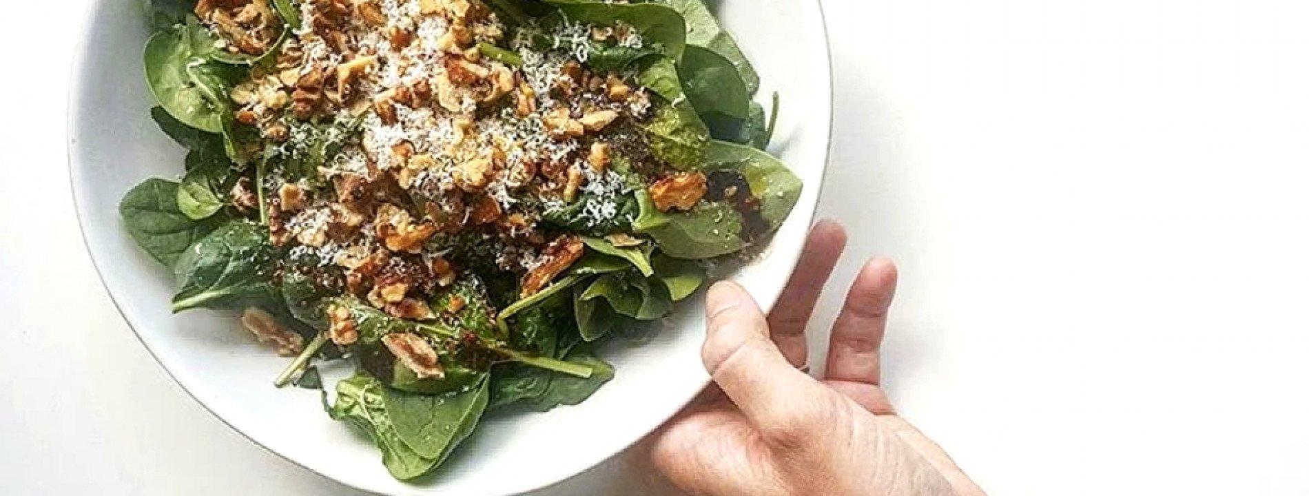 Salada de Espinafres e Nozes Tostadas